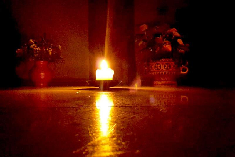 Kerze vor der Marienfigur in der Mutterhauskirche.