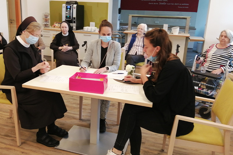 Auszählung der Stimmen im Wahllokal – zu sehen sind v. l.: Schw. M. Reinhild, Frau Wibbeke und Frau Küstermeier